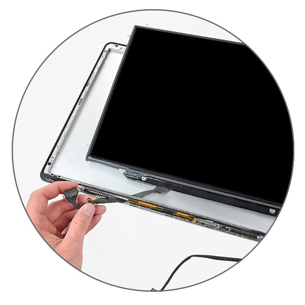 Дисплей MacBook Pro крепится к крышке на болты, а шлейф продевается в особое отверстие