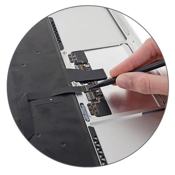 Клавиатура MacBook Air соединяется с кроссплатой, а шлейф от нее уже идет на материнскую плату